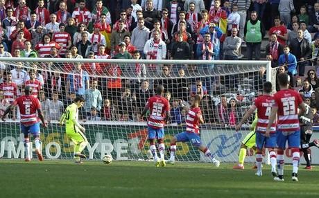 Messi marc� en Granada sin necesidad de penaltis