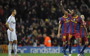 Abidal celebra el quinto gol del Barça