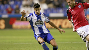 Juanfran con Katai en el duelo entre Deportivo de la Coruña y Deportivo Alavés de la Liga 2016/17