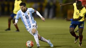 Enner Valencia, persiiguiendo a Messi en el partido del pasado martes