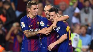 Messi, arropado por Iniesta y Digne durante el último partido del FC Barcelona contra el Málaga CF en el Camp Nou (2-0)