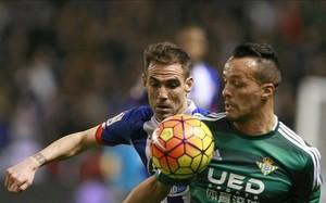 Fernando Navarro y Kadir luchan por un balón en el Deportivo-Betis