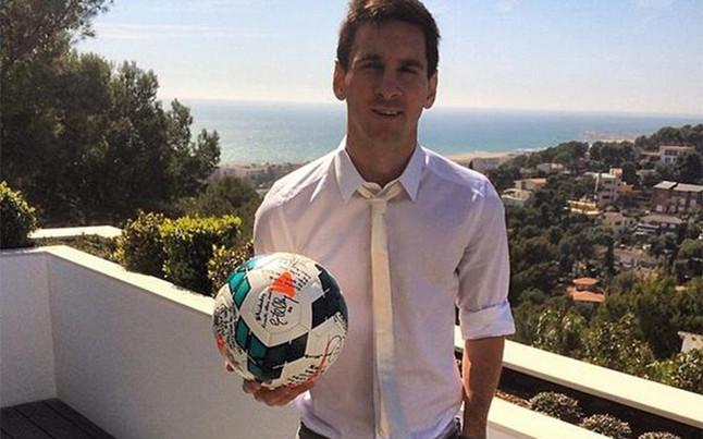 Messi muestra su habilidad con el monopat n junto a - Casa de messi en castelldefels ...
