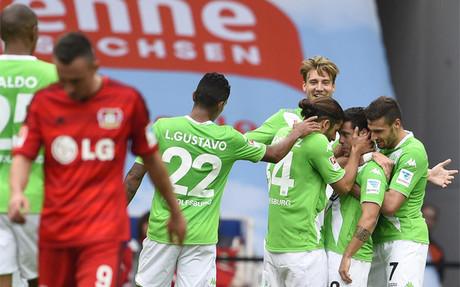 Los jugadores del Wolfsburgo celebran uno de sus goles al Leverkusen