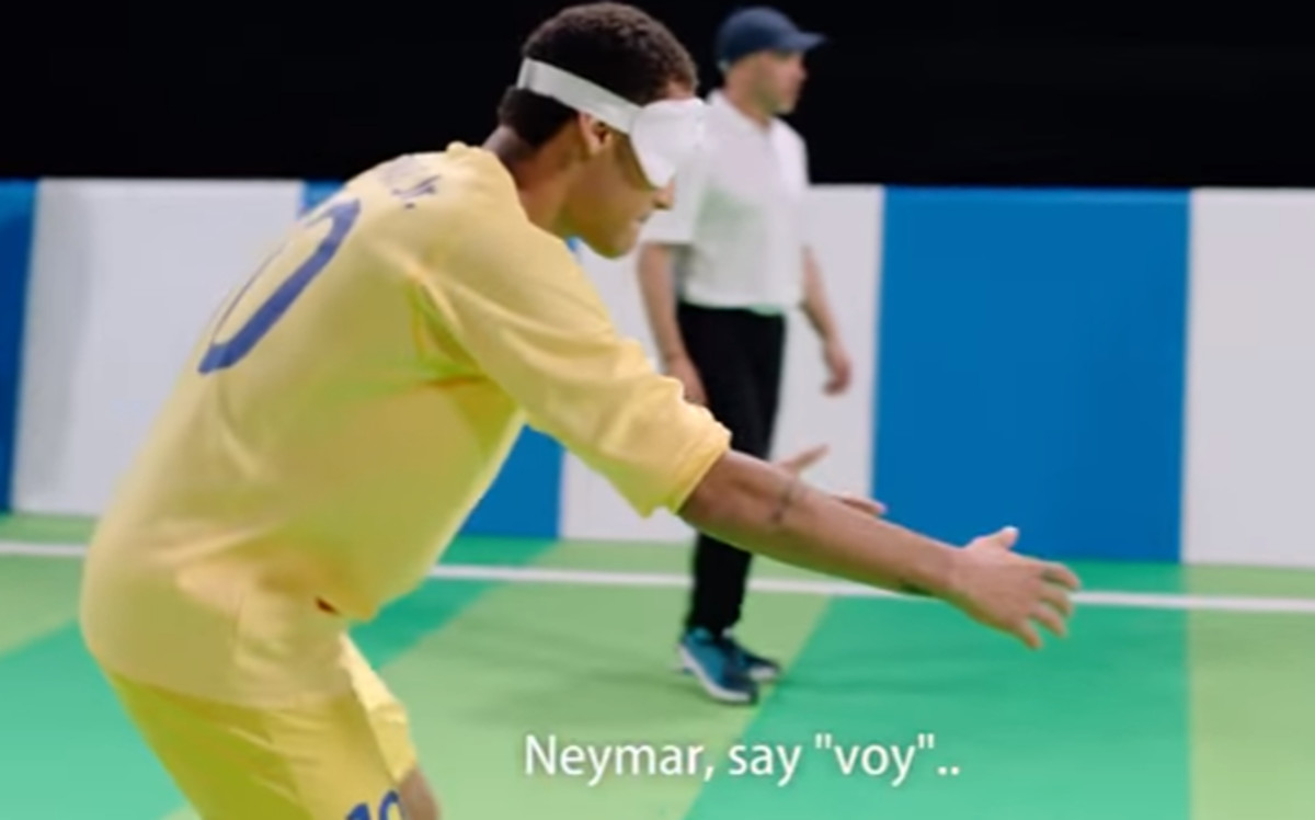 Así juega Neymar al fútbol… ¡con los ojos vendados!