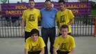 El equipo de la PBParamesa, que logró el título senior, posa con el presidente de la peña Manolo Nieto