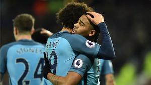 Sané y Gabriel Jesús celebran uno de los goles del Manchester City al West Ham