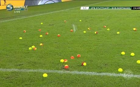 Los propios jugadores acabaron retirando las pelotas que cayeron en el campo del Stuttgart