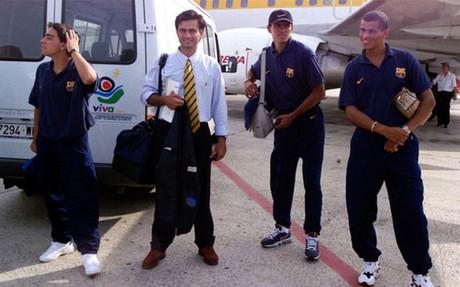 Xavi (left) next to Jose Mourinho
