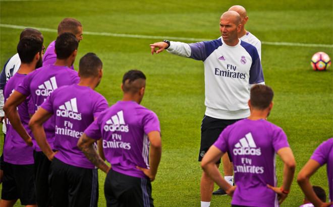 Zinedine Zidane con varios de sus jugadores durante la pretemporada 2016/17 en Canad�