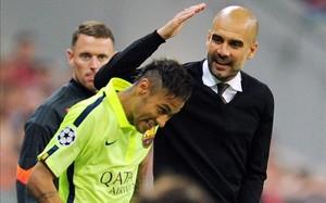 Gesto cariñoso de Guardiola a Neymar durante el Barça-Bayern de la temporada pasada