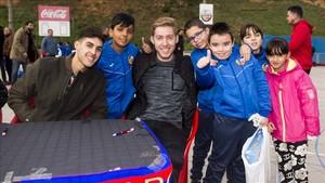 Batería y Adolfo, junto a los niños de la Fundació Pare Manel