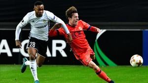 Álvaro Odriozola disputa un balón con Samuel Adegbenro en la victoria de la Real Sociedad ante el Rosenborg