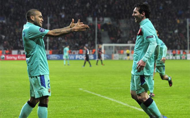 Dani Alves y Leo Messi celebran el gol del argentino en el 1-3 del Bar�a sobre el Leverkusen el 14 de febrero de 2012