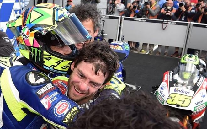 Rossi abraza a Crutchlow tras la carrera en Australia
