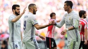 Cristiano y Benzema celebrando un gol junto a Nacho