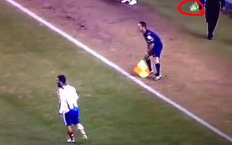 Momento en el que Arda lanza la bota al �rbitro asistente