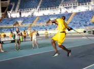 Usain Bolt no perdi� la oportunidad de probar con la jabalina