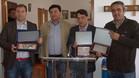 El intercambio de recuerdos, con el presidente de la peña Angel Vellarino, el delegado del CCP Santiago Durán, el directivo de la CP Xavier Ilincheta y el alcalde de Miajadas Juan Luis Isidro Girón