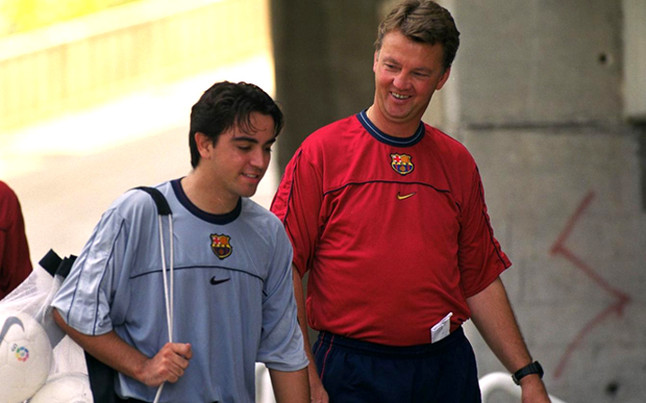 Louis van Gaal greeted his former Barcelona players Xavi & Pique in tunnel before Spain 1   Holland 5 [Video]