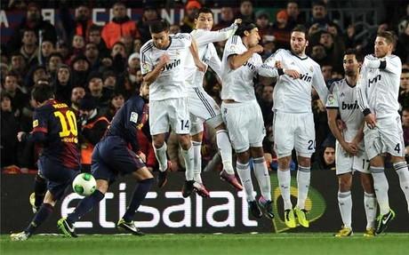 Messi, ejecutando la falta que salió rozando el poste