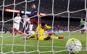 Imagen del gol de Piqué contra el Sevilla