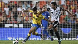 Tana pugna un balón con Parejo en el estreno de Liga de la UD Las Palmas en Valencia