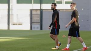 Arda y Vermaelen, a la salida del entrenamiento previo al partido ante el Málaga