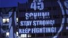 Aficionados de Ferrari proyectan un mensaje de felicitación y ánimo para Michael Schumacher en la fachada del hospital donde se encuentra ingresado, en Grenoble