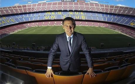 Bartomeu posa en el Camp Nou, el estadio que quiere remodelar