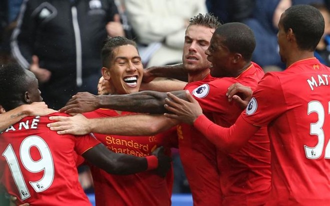 Los jugadores del Liverpool celebran con Firmino el gol del empate