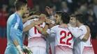 Los jugadores del Sevilla, celebrando el gol de N'Zonzi