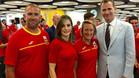 Mireia Belmonte, junto a los Reyes y a su entrenador