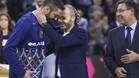 Navarro recibe las felicitaciones de Iniesta