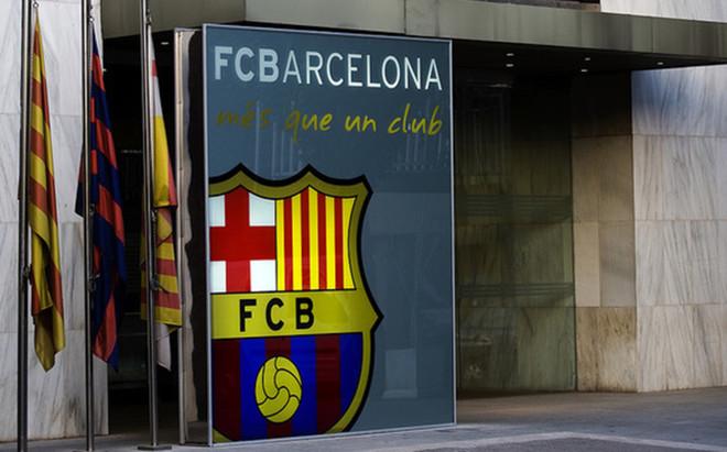 Puerta de acceso a las oficinas del Camp Nou en la avenida Aristides Maillol