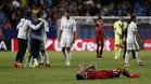 Los jugadores del Real Madrid celebran el título de la Supercopa de Europa 2015/16 con el sevillista Vitolo tomado en el suelo, lamentándose