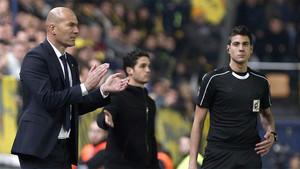 Zidane da órdenes a sus jugadores durante el Villarreal - Real Madrid de la Liga 2016 / 2017