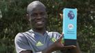 Kanté, con el trofeo que le acredita como MVP de la Premier