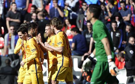 El Barcelona gana gracias a un gol en propia porter�a