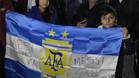 Cientos de hinchas reciben a la albiceleste y alentan a Messi