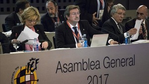 Larrea no da la espalda a Villar, a quien ha relevado en el cargo