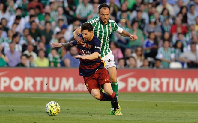 Leo Messi y Heiko Westermann en acci�n durante el Betis - FC Barcelona de la Liga 2015/16