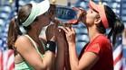 Martina Hingis y Sania Mirza besan el trofeo que las acredita como campeonas del US Open