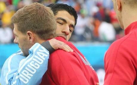 Su�rez y Gerrard, salud�ndose antes del Uruguay-Inglaterra del Mundial