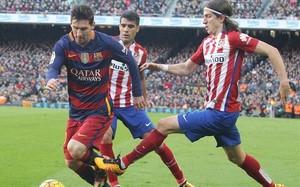 Filipe Luis poco antes del plantillazo a la altura de la rodilla que le propinó a Leo Messi