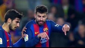 Piqué, corrigiendo a André Gomes durante el partido ante el Atlético