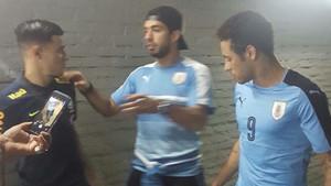 Coutinho, Luis Suárez y Neymar Junior charlan tras el Uruguay - Brasil en los pasillos del Estadio Centenario de Montevideo