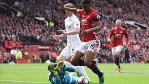 El United se avanzó tras un penalti inexistente que forzó Rashford al borde del descanso