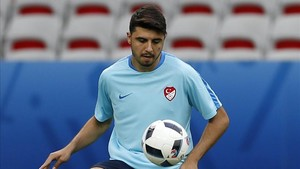 Ozan Tufan, durante un entrenamiento de la selección turca, en Niza