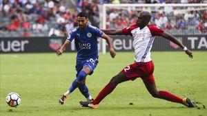 Mahrez brilló en Hong Kong con el Leicester